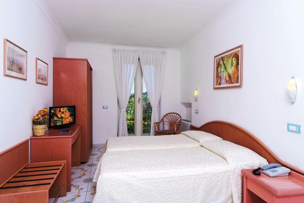 Camere standard hotel bellevue 3 stelle ischia porto for Piano terra con 3 camere da letto con dimensioni pdf